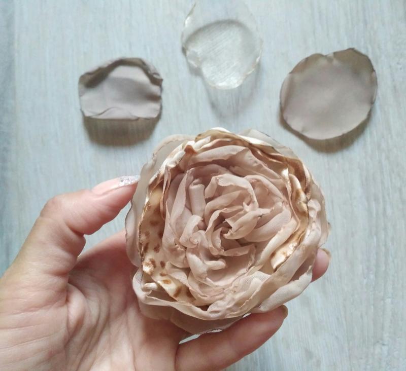 Бежевая брошь-цветок ручной работы hand made