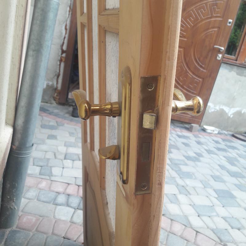 Деревянные двери  стеклом и замком - Фото 2