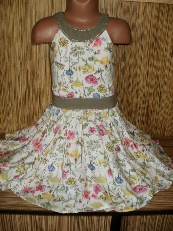 Летнее платье с цветочным рисунком на 5-6 лет