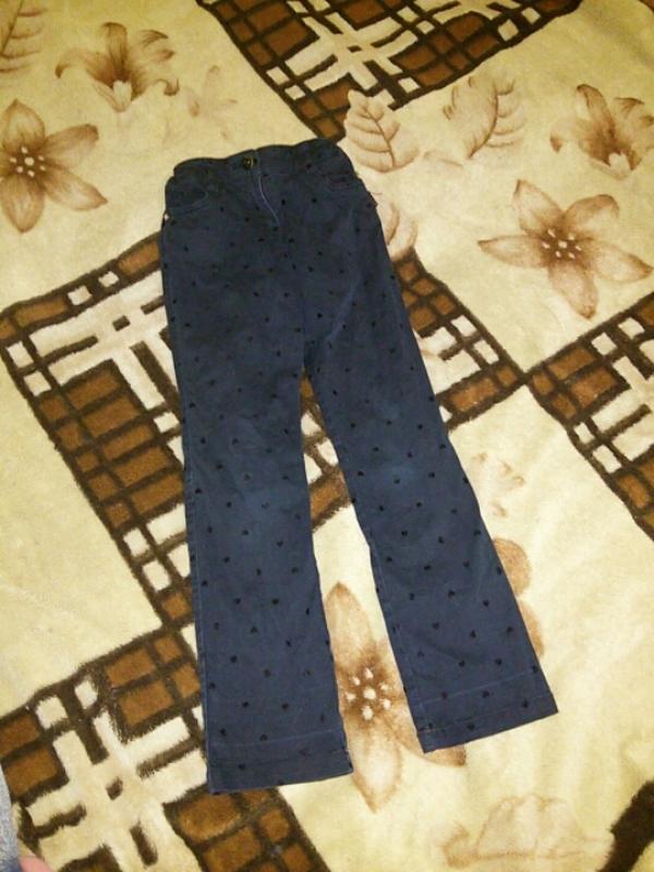 Черные джинсы с сердечками на девочку 7-8 лет