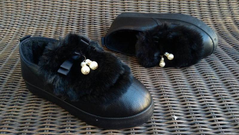 Женские теплые слипоны ботинки короткие угги с мехом черные ав... - Фото 2