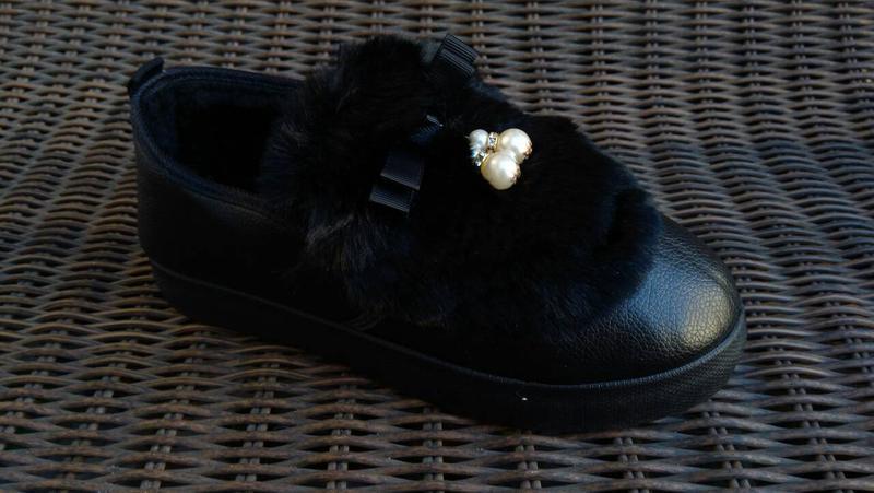 Женские теплые слипоны ботинки короткие угги с мехом черные ав... - Фото 3