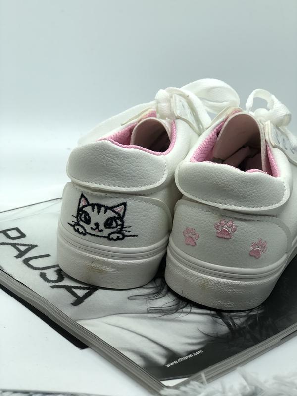 Белые кеды с розовыми лапками и котом
