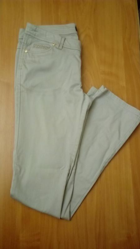 Бежевые зауженные джинсы золотистая отделка