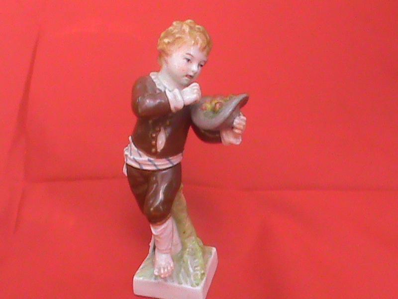 Антикварная фарфоровая статуэтка