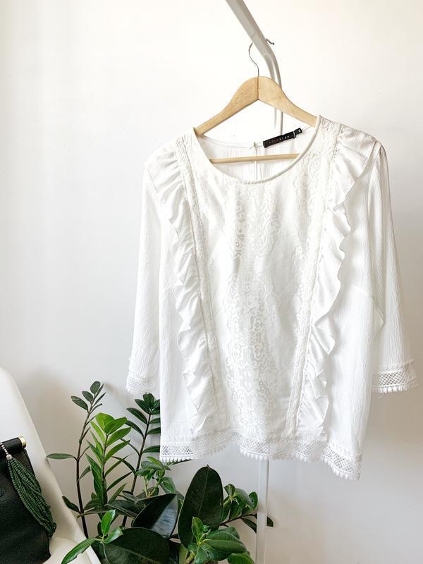 Белая блузка с кружевом большого размера