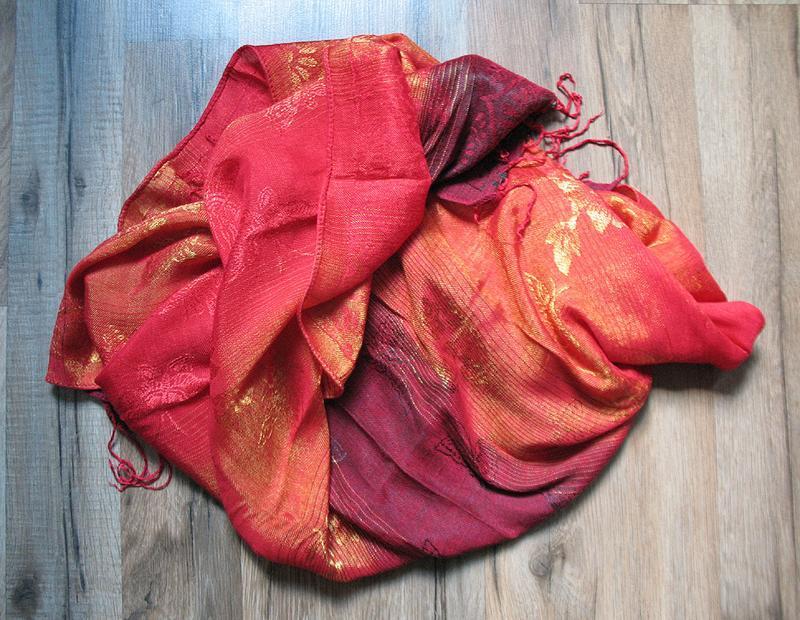 Алая шаль, палантин, шарф с золотистым отливом
