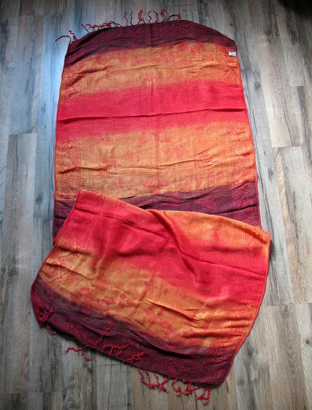 Алая шаль, палантин, шарф с золотистым отливом - Фото 2