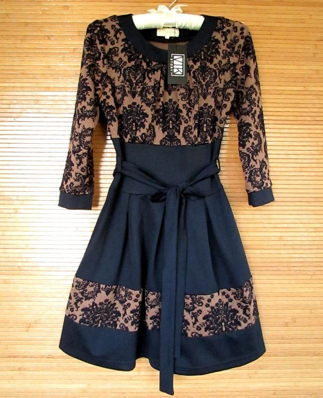 Красивое темно-синее платье в складку