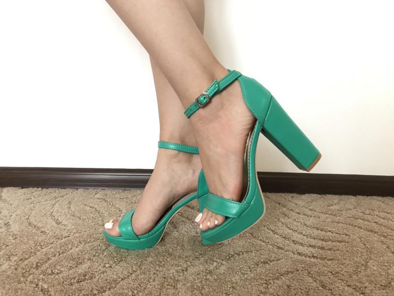 Женские зеленые босоножки на толстом каблуке - Фото 2
