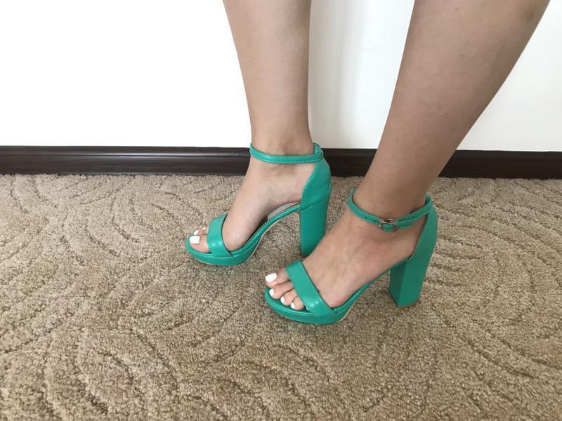Женские зеленые босоножки на толстом каблуке - Фото 3