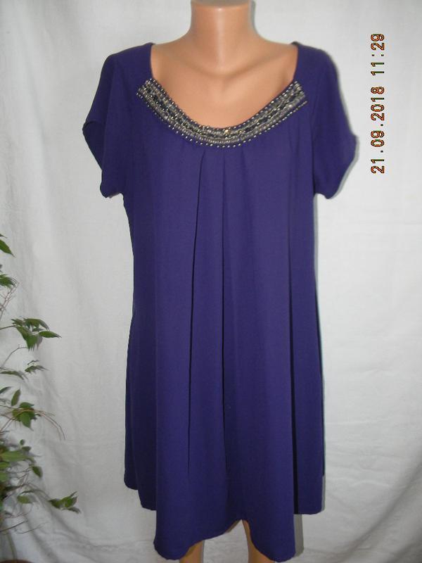 Красивое платье с украшением свободного кроя