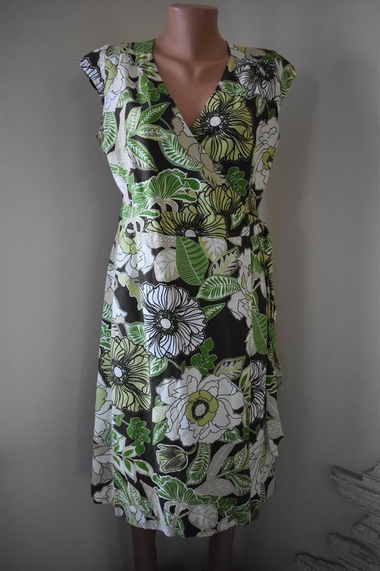 Красивое льняное платье на запах с принтом