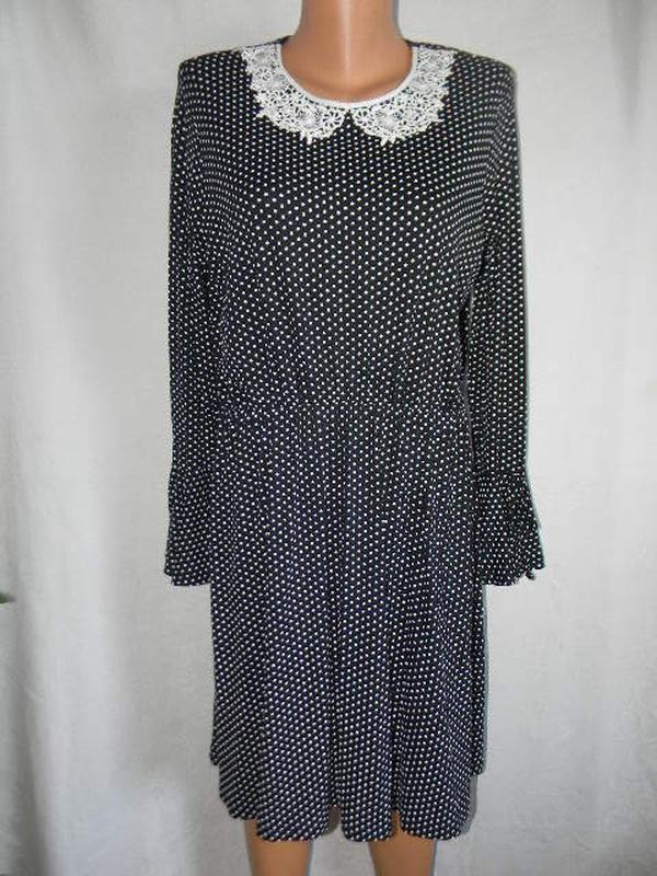 Трикотажное платье в горошек с кружевным воротником