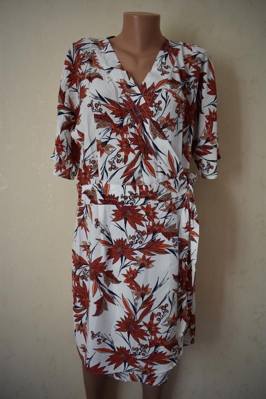 Стильное натуральное платье на запах с принтом
