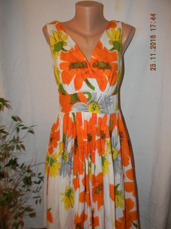 Яркое платье с принтом цветы