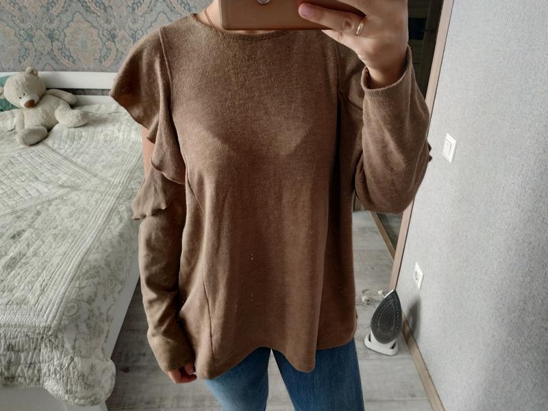 Красивый актуальный свитерок кофта с рюшами воланами