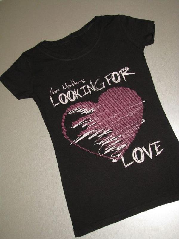 Приталенная черная футболка с сердцем на девочку 10-13 лет