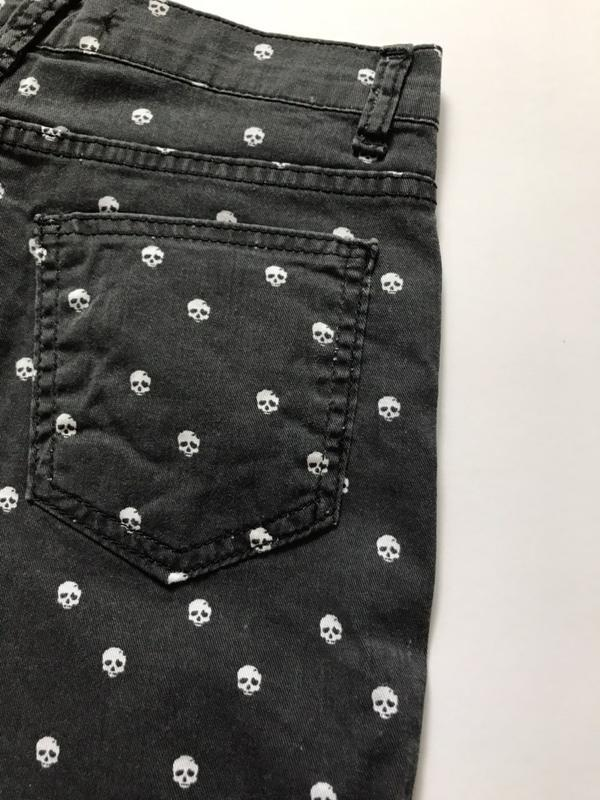Шорты джинсовые женские с черепками (черные) - Фото 4