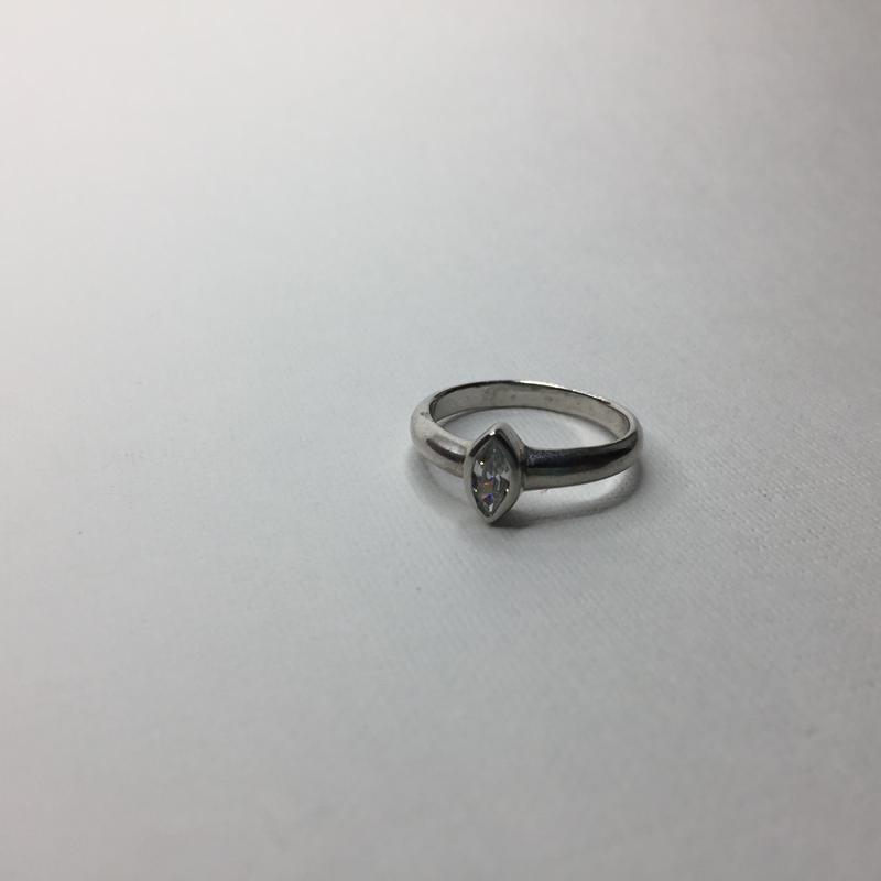 Серебряное массивное кольцо с камнем заострённым овалом 925 пр...