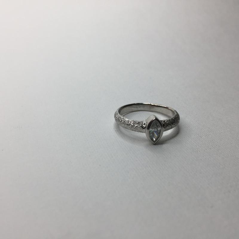 Серебряное кольцо с камнем заострённым овалом алмазное покрыти...