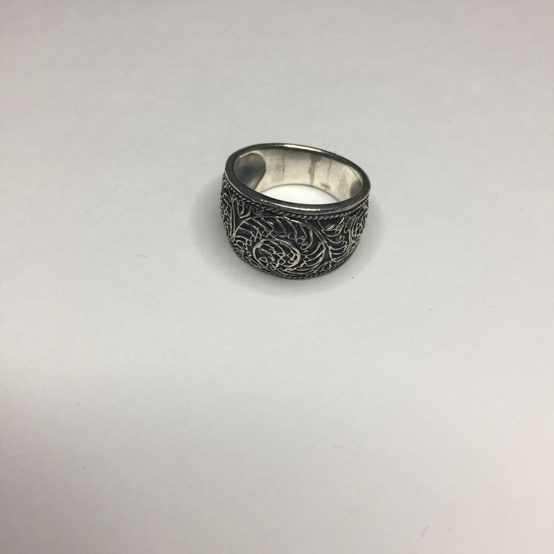 Серебряное оксидированное широкое массивное кольцо с узором 92...
