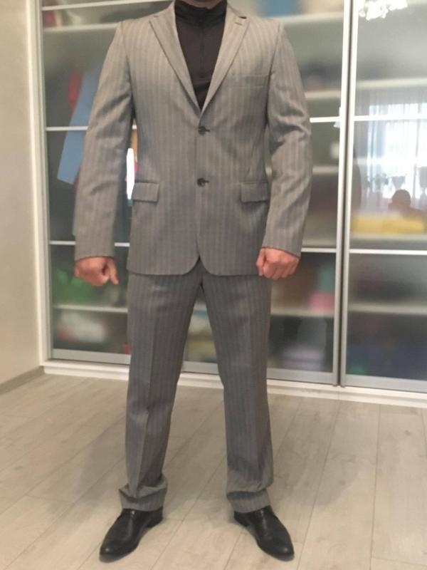 Классический брендовый мужской костюм,цвет серый в тонкую свет...