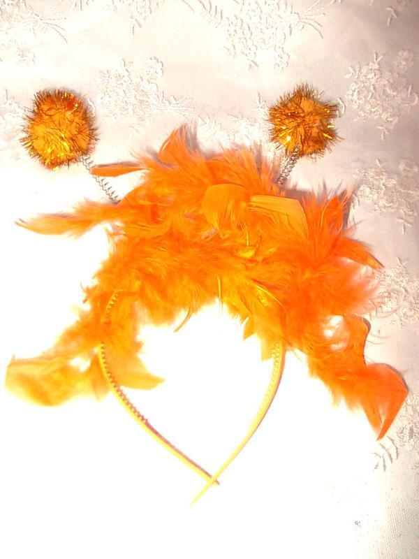 Обруч с перьями и рожками для маскарада оранжевый