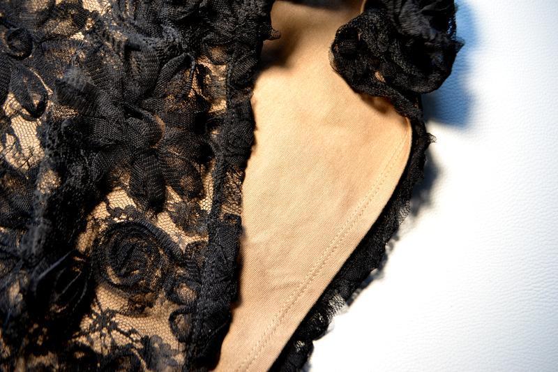 Роскошное черное платье миди с кружевными цветочными аппликациями - Фото 6