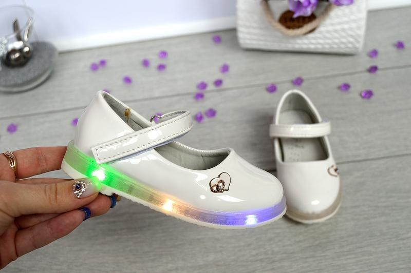 Очень милые белые туфельки со светящей подошвой