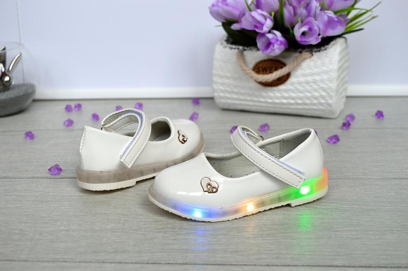 Очень милые белые туфельки со светящей подошвой - Фото 2