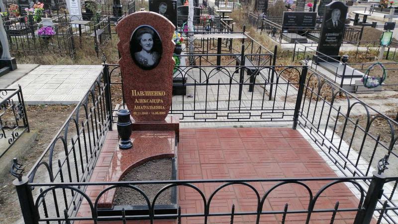 Гранитный памятник резной. Лезник