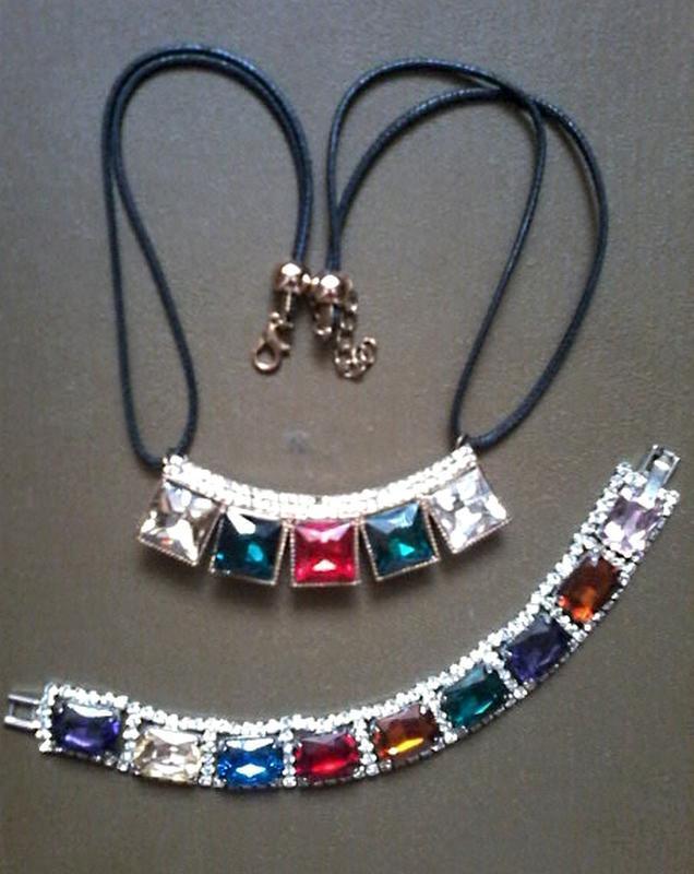 Красивый браслет с цветными камешками и подвеска на черном шнурке