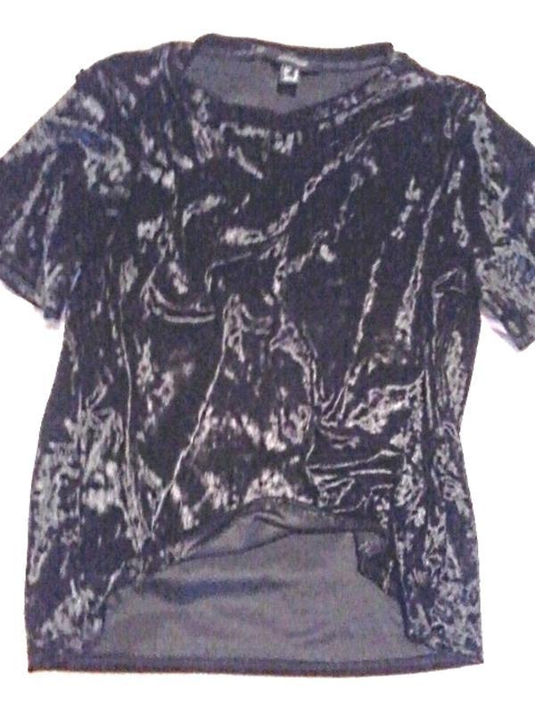 Легенькая велюровая c переливом футболка от atmosphere