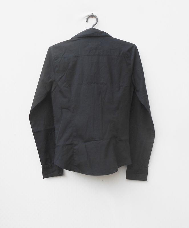 Черная классическая приталенная рубашка с воротником с длинным... - Фото 5
