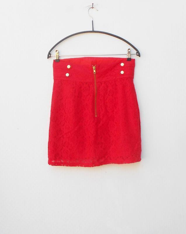 Красная нарядная кружевная юбка на молнии - Фото 3