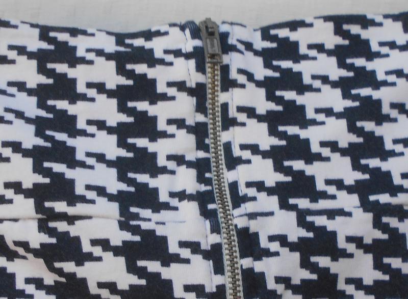 Летняя трикотажная хлопковая  юбка  мини с орнаментом на молнии - Фото 3