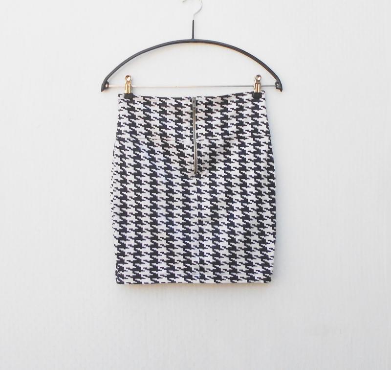 Летняя трикотажная хлопковая  юбка  мини с орнаментом на молнии - Фото 4