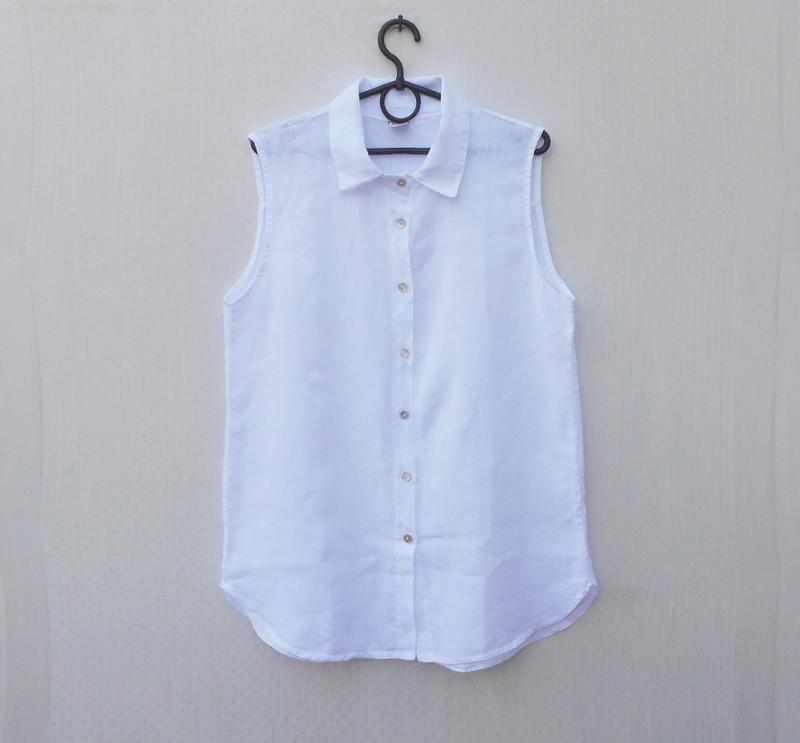 Белая летняя льняная блузка без рукавов