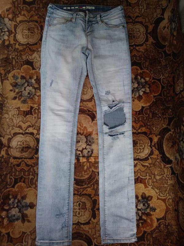 Модные, рваные джинсы