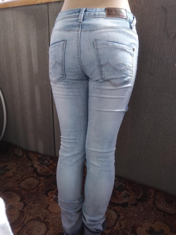 Брендовые, модные джинсы с порватостями на девочку - Фото 3