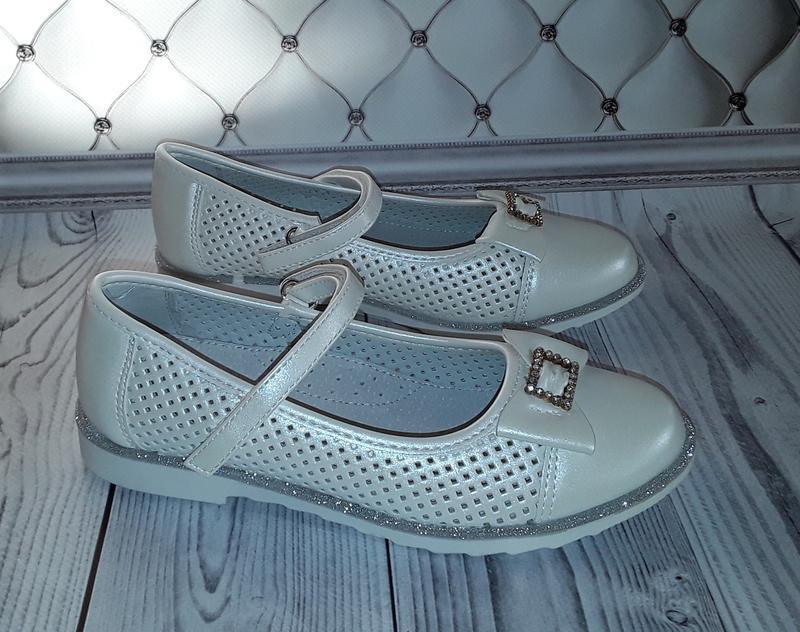 Белые туфли с перфорацией девочке, красивые туфли девочке