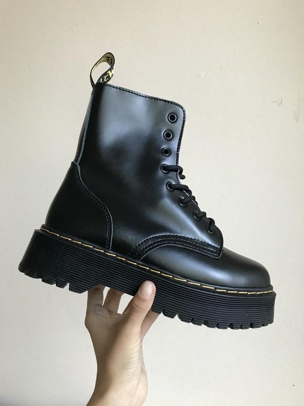 Зимние ботинки dr martens в черном цвете на платформе без меха...