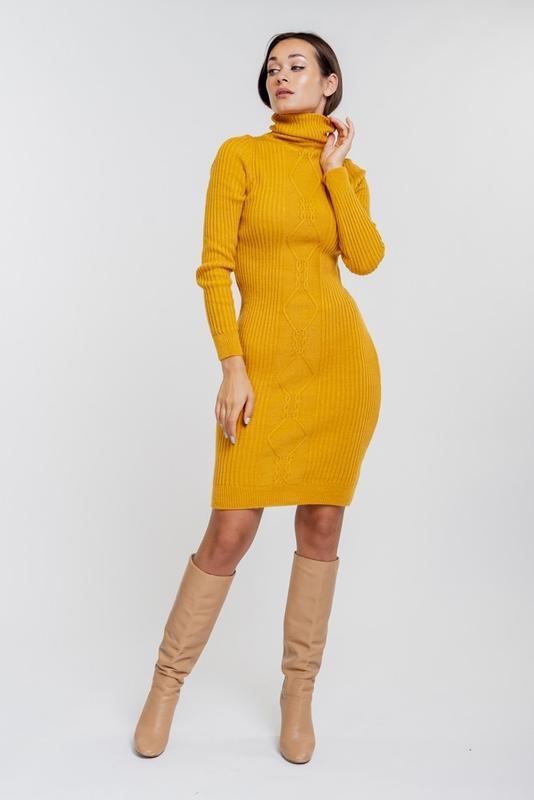 Вязаное платье-футляр желтое с высоким воротником и узором в р...