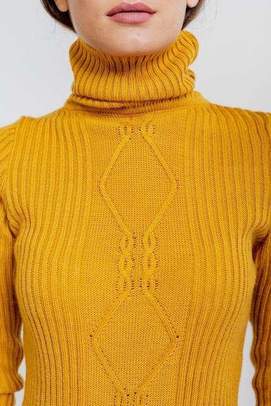 Вязаное платье-футляр желтое с высоким воротником и узором в р... - Фото 2