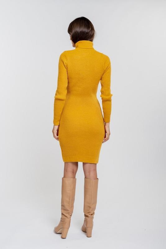 Вязаное платье-футляр желтое с высоким воротником и узором в р... - Фото 3