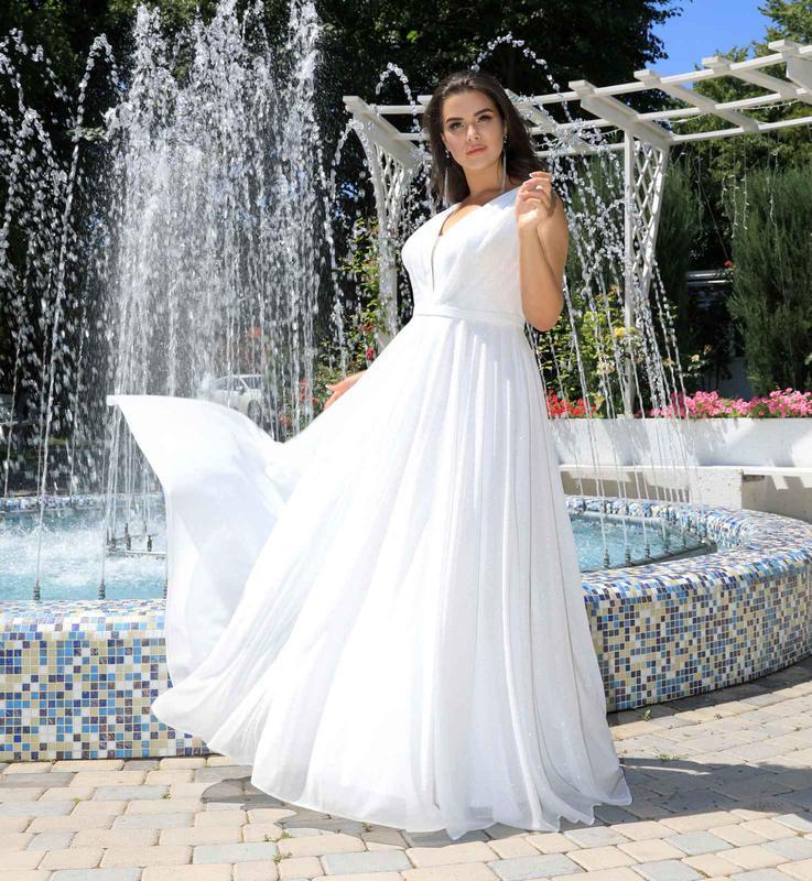 Белое блестящее вечернее или свадебное платье