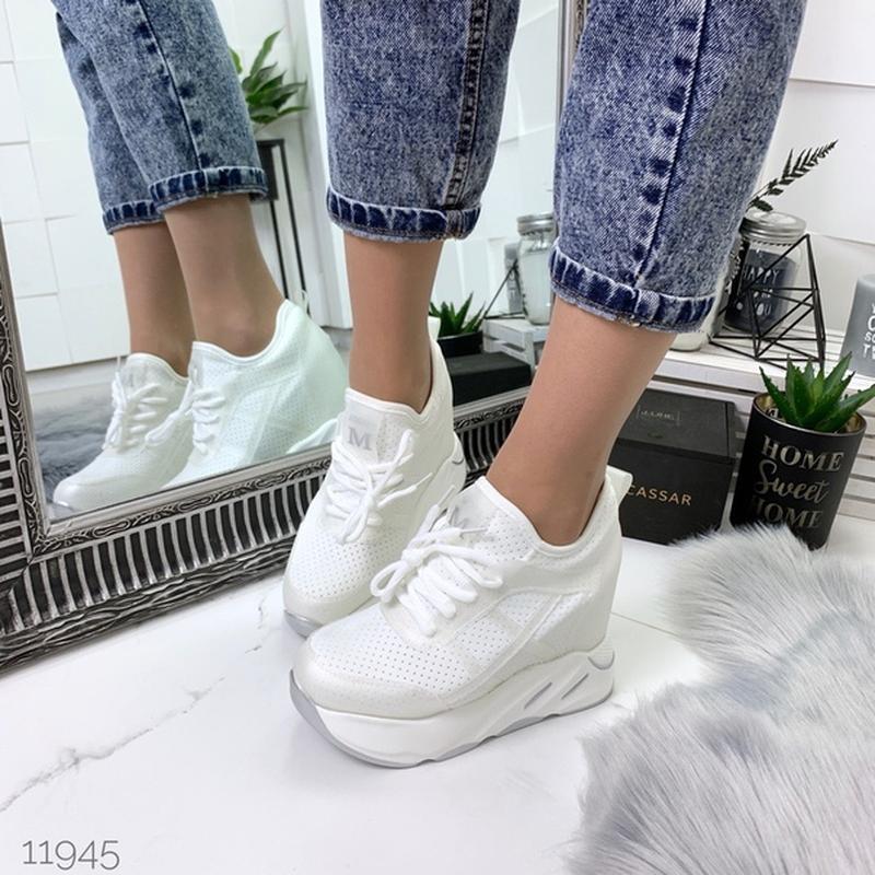 Белые летние кроссовки на платформе.