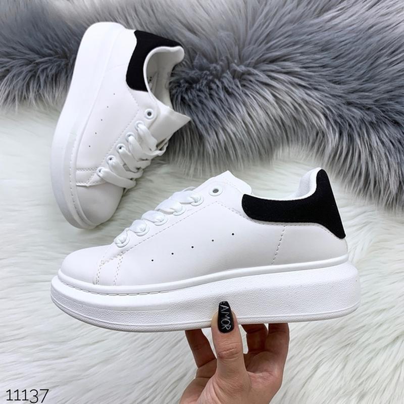 Белые кеды с чёрной пяткой,белые кроссовки на платформе.