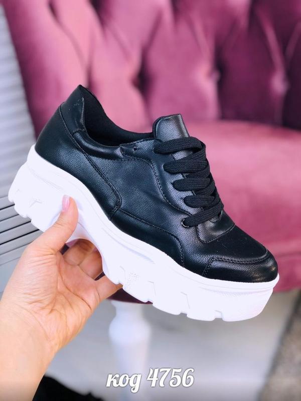 Черные кроссовки на высокой белой подошве